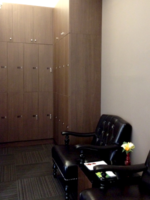 落ち着いた待合室にはロロッカー完備♪