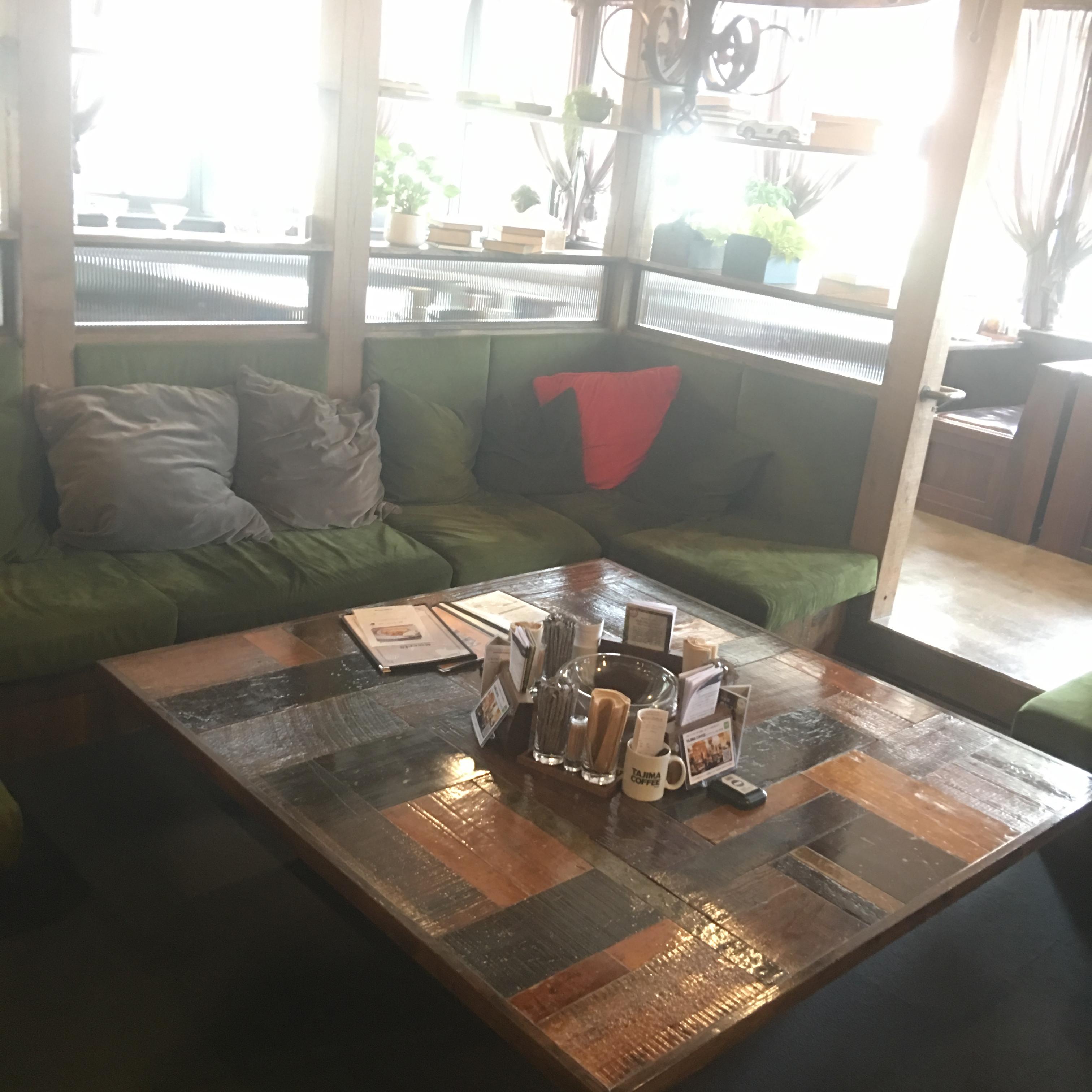 ソファーのあるカフェ