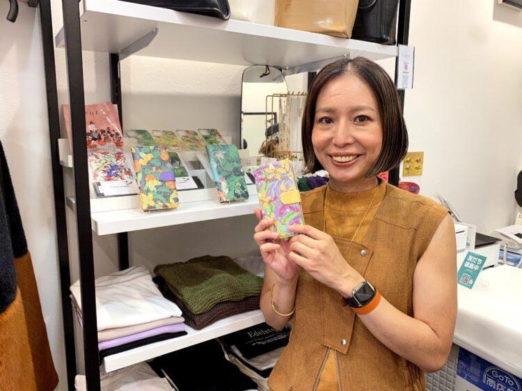 天神橋筋六丁目にあるENUSELの店長の羽野さんがデザインしたオリジナルスマホケースも販売しています